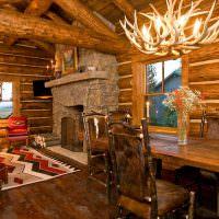 Люстра из рогов над деревянным столом