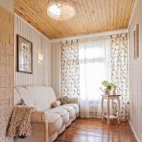 Небольшая комната с белым диваном