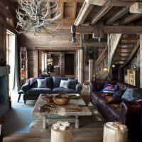 Грубая отделка потолка и мебели в гостиной загородного дома