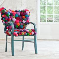 Декор стула разноцветными помпонами