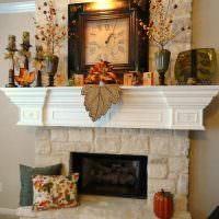 Осенний декор камина в гостиной частного дома
