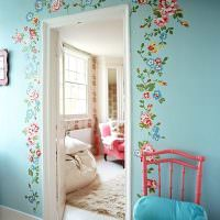 Цветочки из бумаги вокруг дверного проема