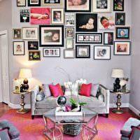 Декор семейными фотографиями стены над диваном