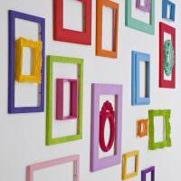 Декор стены цветными рамками