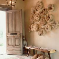 Деревянный декор в интерьере коридора частного дома