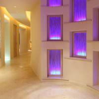 Ниши с подсветкой в холле частного дома
