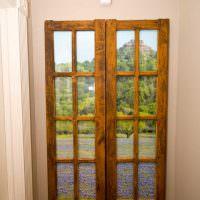 Деревянное окно в узком коридоре