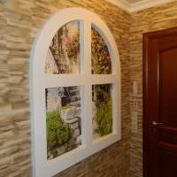 Окно с аркой на стене прихожей в панельном доме