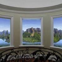 Лестничная площадка с окнами вместо картин
