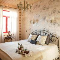 Спальня с кованной кроватью в деревенском стиле