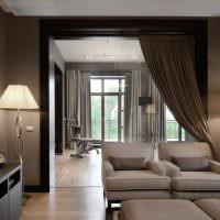 Темные шторы на дверном проеме гостиной