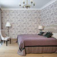 Стильная спальня с обоями в цветочек