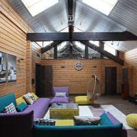 Гостиная с деревянной облицовкой стен