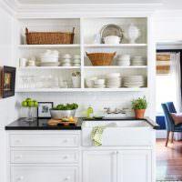 Кухонные полки с фарфоровой посудой