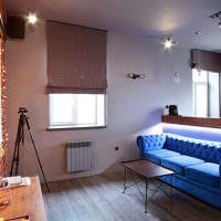 Римские шторы в гостиной с синим диваном