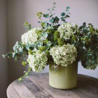 Кружка с цветами на деревянном столике