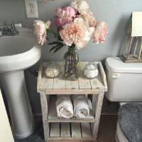 Цветы в интерьере туалета городской квартиры