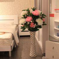 Белые и розовые пионы в напольной вазе
