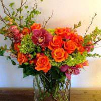 Цветочная композиция с алыми розами