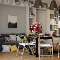 Открытые стеллажи в интерьере гостиной