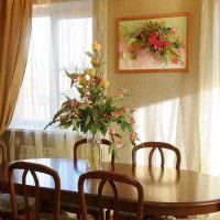 Картина с цветами над обеденным столом