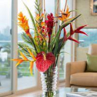 Стеклянная ваза с ребристой поверхностью