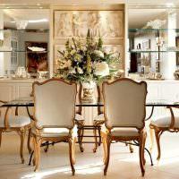 Классические стулья с позолотой на деревянных ножках