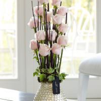 Нежно-розовые цветы в металлической вазе