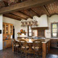 интересный деревянный потолок в гостиной испанского стиля