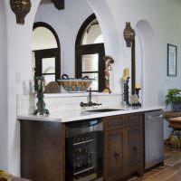 Деревянная мебель в кухне с аркой