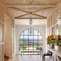 Прихожая частного дома с деревянной отделкой