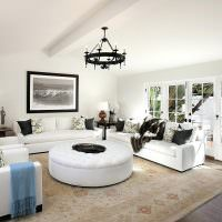 Белая гостиная с большими окнами
