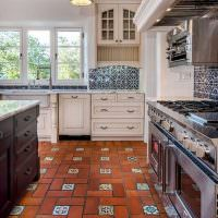 Керамическое покрытие пола в кухне
