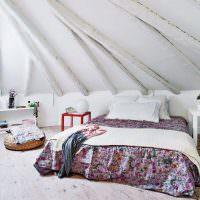 Грубо обработанные балки в спальном помещении