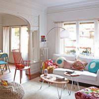 Яркий интрьер гостиной в частном доме
