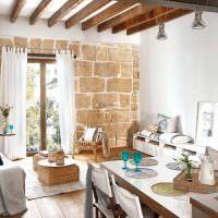Стена из блоков в интерьере кухни-гостиной