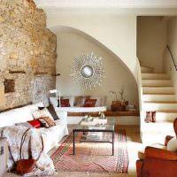 Испанская гостиная с лестницей на второй этаж частного дома