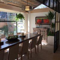 Деревянный потолок в обеденной зоне кухни
