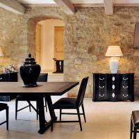 Черная мебель в гостиной с каменной облицовкой