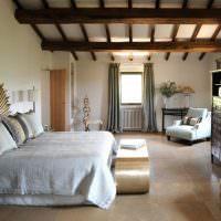 Деревянные балки в белой спальне