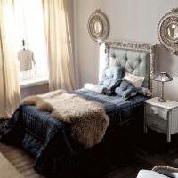 Декорирование спальни двумя зеркалами