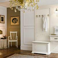 Прихожая с классической мебелью белого цвета