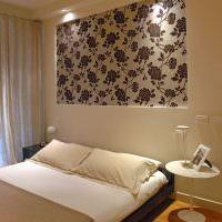 Декор стены спальни обоями с цветочным орнаментом