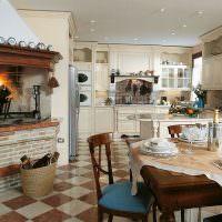 Камин в интерьере кухни-гостиной