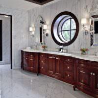 Круглое окно в ванной комнате