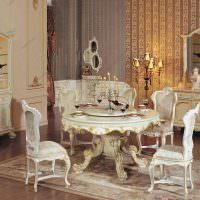 Круглый стол с резными украшениями