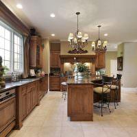 Две люстры на белом потолке кухни