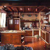 Открытые полки с кухонной посудой