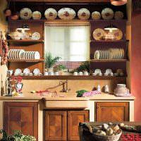 Фарфоровые тарелки на деревянных полках