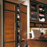 Деревянный шкаф в интерьере кухни